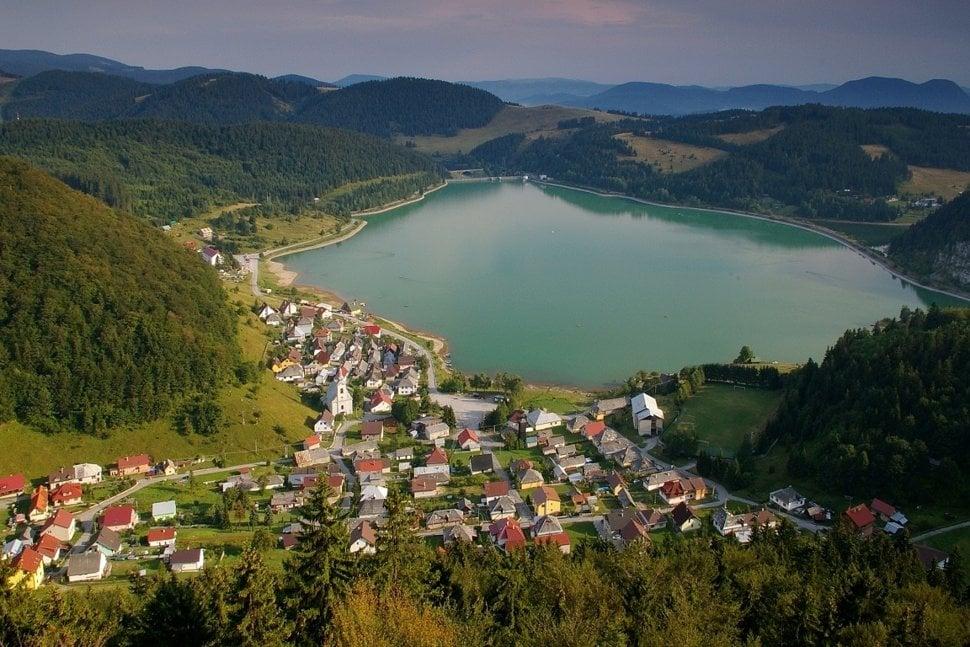 6b3f3c818 Pohľad z Gačovskej skaly, vodná nádrž Palcmanská Maša a Dedinky. (Zdroj:  npslovenskyraj.sk)