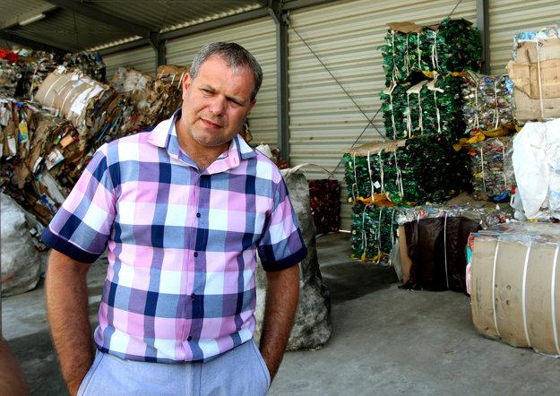 Starosta Raslavíc Marek Rakoš v miestnom podniku.