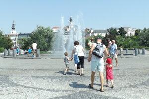 Chránený pohľad na hrad a Horné Mesto zo začiatku Svätoplukovho námestia.