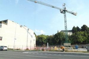 Výstavba na Mostnej. Budova bude nižšia ako jej sused.