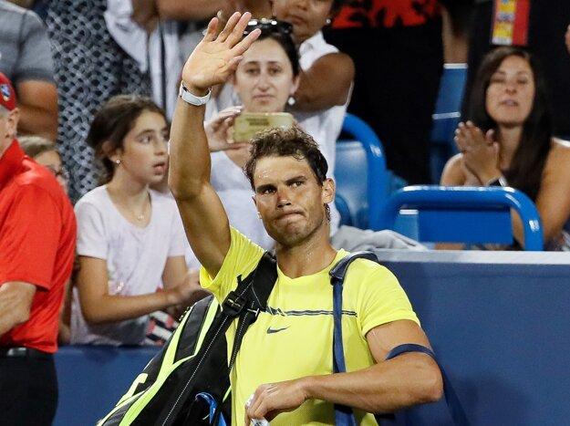 Rafael Nadal sa lúči s divákmi po prehre s Nickom Kyrgiosom.