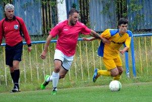 Hrajúci tréner Trebostova v súboji s domácim mladíkom Slimákom.