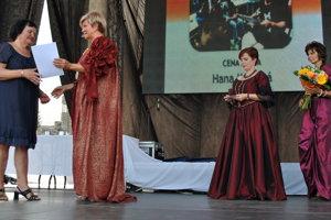 Primátorka Alexandra Pivková odovzdáva cenu Hane Koškovej.
