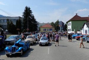Veterány na námestí v Hnúšti.