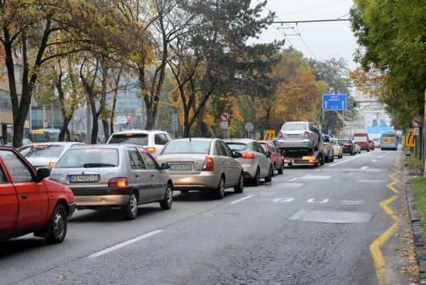 Štúrova ulica. Obsadia ju asfaltéri, takže smerom k Auparku sa bude jazdiť iba v jednom pruhu.