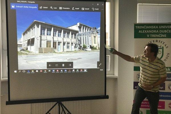 Projektový manažér univerzity pri ukážke vytypovaných priestorov Centra pre podporu kreatívneho akultúrneho priemyslu.