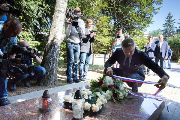 Robert Fico pri hrobe Alexandra Dubčeka v Slávičom údolí v Bratislave.