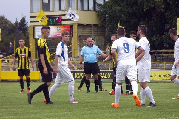 Želiezovčania (v pruhovanom) sa čiastočne rehabilitovali svojim fanúšikom za katastrofálnu prehru vo Dvoroch. V2. kole nadelili Leviciam osem gólov.