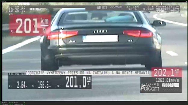 Vodič sa po diaľnici rútil rýchlosťou 201 kilometrov za hodinu.