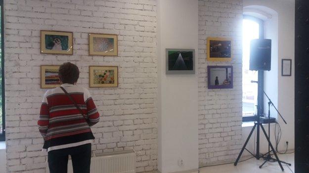 Fotografiami sa na výstave prezentuje najstarší člen Galérie 6 Tibor Keder.