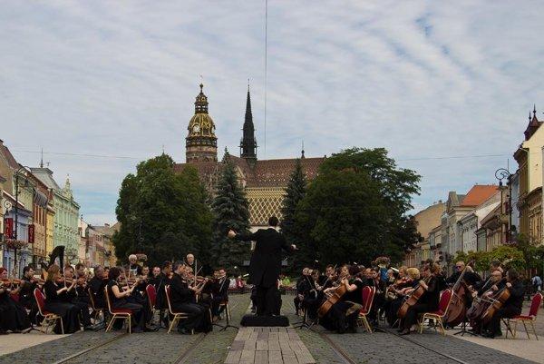 """Filharmonici """" v teréne"""". Zahrali si už aj na košickej Hlavnej ulici."""
