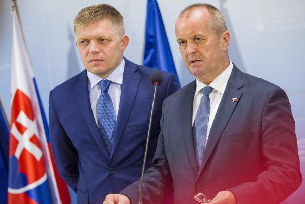 Premiér Robert Fico (Smer) s ministrom obrany Petrom Gajdošom (SNS).