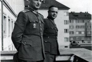 Generál Ján Golian a jeho pobočník kapitán Milan Polák v r. 1944 v Banskej Bystrici na balkóne budovy Veliteľstva pozemného vojska. 1. ČSA na Slovensku.