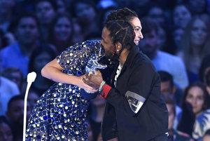 Kendrick Lamar si preberá hlavnú cenu od herečky Gal Gadotovej.