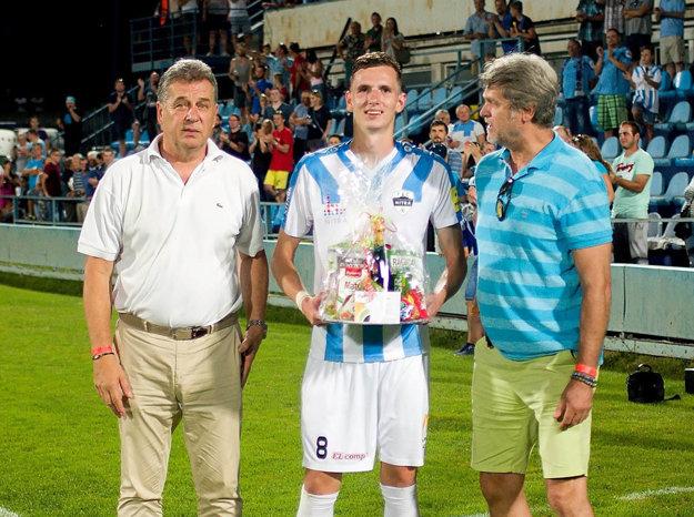 K honoru najlepšieho hráča zápasu Balajovi gratulovali Ladislav Borbély a primátor Jozef Dvonč.