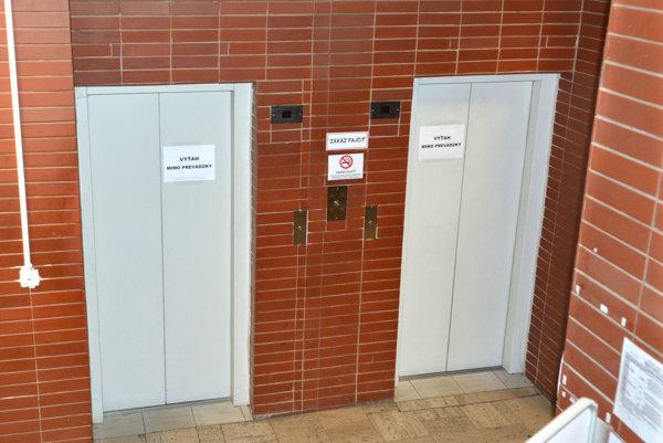 Na Okresnom úrade Košice opäť nefunguje ani jeden zvýťahov.