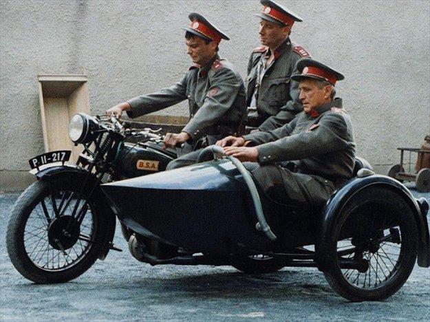 Ivan Trojan (prvý zľava) ako Bedřych Jarý, Karel Arazím v podaní Tomáša Töpfera a František Švhlík ako Čeněk Němec (v sajdke).