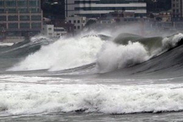 Úrady vydali varovanie pred vlnami cunami.