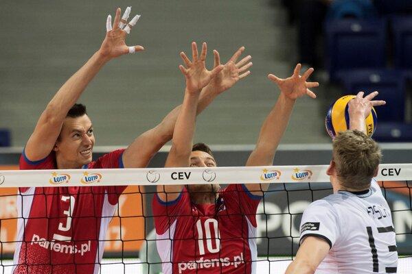 Slovenskí reprezentanti Emanuel Kohút a Michal Lux blokujú útok Nemca Simona Hirscha - ilustračná fotografia.