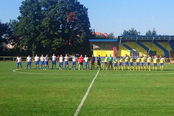 Lukáčovce (v žltom) prekvapujúco vyradili Klasov, ktorý v minulej sezóne vyhral šiestu ligu.