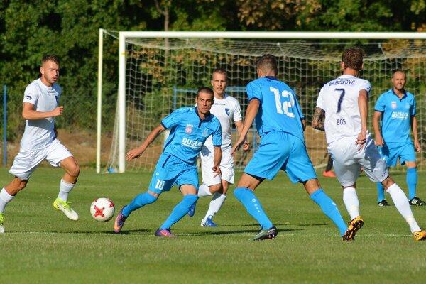 Futbalisti Gabčíkova (v bielom) viedli už v 21. minúte nad Šaľou 3:0. Napokon zvíťazili 3:1.