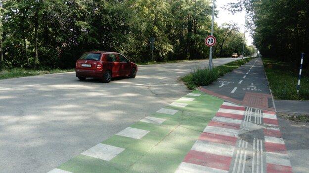 Na Kamennej sa už parkovanie na tráve netoleruje.