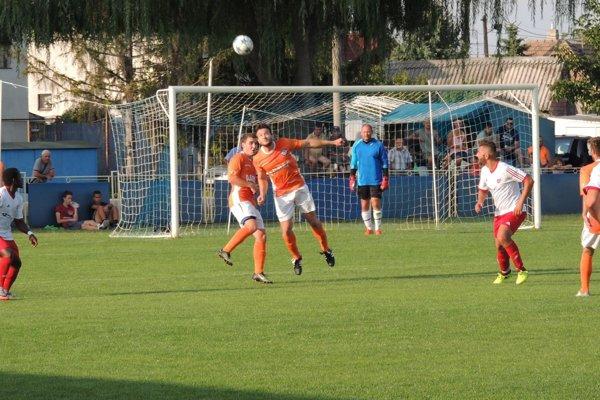 Kolárovo (v oranžovom) sa snažilo v sobotu proti Nededu dosiahnuť svoje prvé víťazstvo, ale napokon sa body po remíze 1:1 delili.