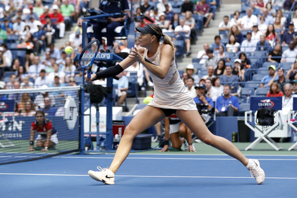 Maria Šarapovová v útoku na sieti v zápase 2. kola US Open proti Timei Babosovej.