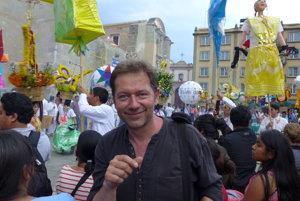 Pestrofarebný mexický sprievod pohltil aj Karola Felixa.
