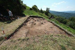 Odkrývanie stredovekého hospodárskeho objektu v sonde  na dolnej terase predhradia tzv. Dončovho hradu.