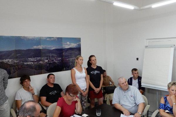 Na snímke pri stenách sú členovia občianskeho združenia Horná Rimava, ktoré je organizátorom Nočného behu Hnúšťa, počas zasadnutia mestského zastupiteľstva v Hnúšti