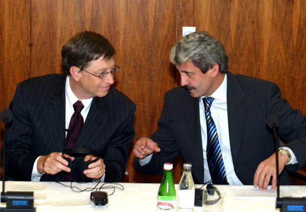 Bill Gates a vtedajší premiér Mikuláš Dzurinda na archívnej snímke z roku 2004, keď Gates navštívil Slovensko naposledy.