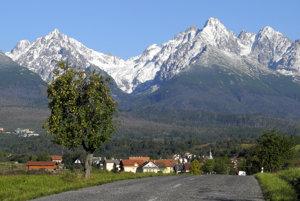 Raj pre turistov. Pohľad na zasnežené Vysoké Tatry z Novej Lesnej.