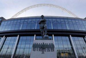 Bronzová socha britskej futbalovej legendy Bobbyho Moora pred futbalovým štadiónom Wembley.