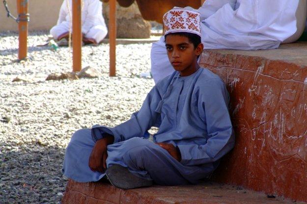 Ománsky chlapec v tradičnom oblečení.