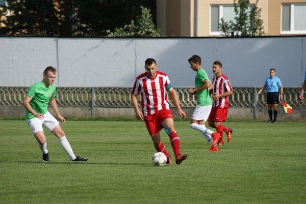 Martin Rusňák st. (s loptou) strelil v zápase dva góly.