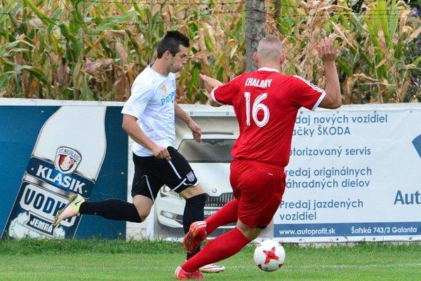 Skóre zápasu v Nedede (0:2) otváral bývalý domáci hráč Patrik Brath (v bielom), už v službách Šurian.