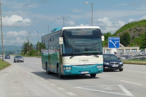 Od septembra môžu žiaci v Leviciach cestovať v MHD zdarma.