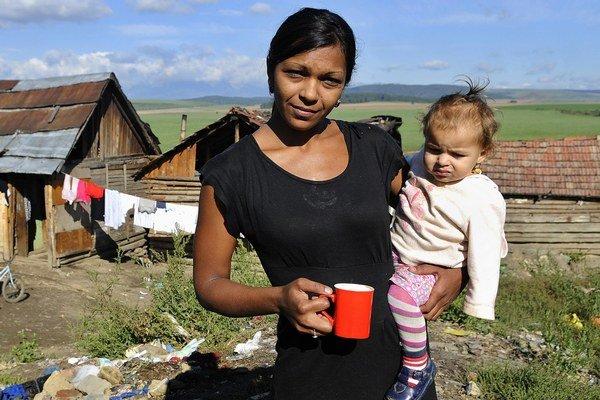 Asistenti zdravia pomáhajú aj rómskym mamičkám.