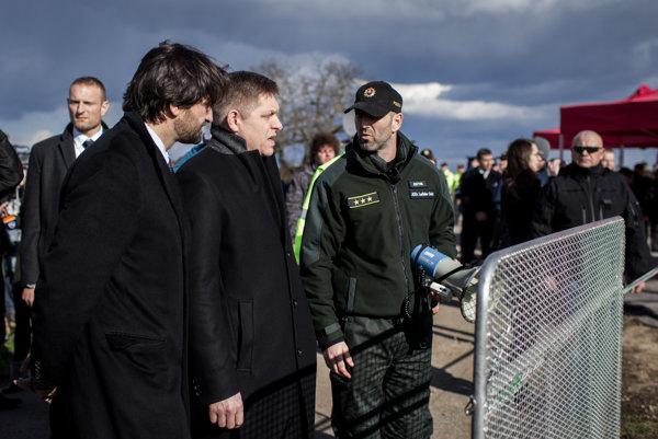 """Niekoľko dní pred parlamentnými voľbami premiér Robert Fico a minister vnútra Robert Kaliňák predstavili plot pre prípad """"krízovej situácie"""". Odvtedy prijalo 16 utečencov."""