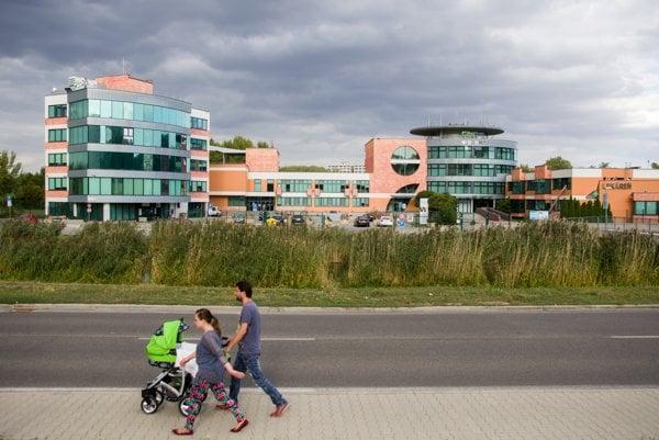 Nemocnica Medissimo v bratislavskej Petržalke je podľa pozorovateľov výkladnou skriňou Penty. Sídliť v ňom bude aj nové centrum odchádzajúcich lekárov. Penta im v ňom zaplatila prístroje.