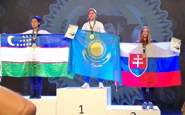 Z bronzu sa nečakane tešila v Budapešti aj Nikola Nuttová z Babína (celkom vpravo).