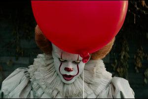 Tvorcovia vo filme najviac desia vtedy, keď nechajú rozprávať zlého klauna v podaní Billa Skarsgarda.