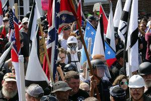 Demonštrácia pod konfederačnými vlajkami v americkom Charlottesville.