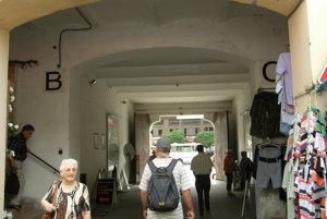 Hlavný vchod do tržnice, kamera je nad písmenom B.