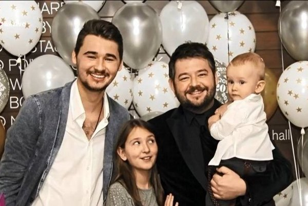 Michal Hudák a jeho deti.Najstarší Šimon otcovi akoby z oka vypadol, do krásy rastie aj Evička a Hugo.