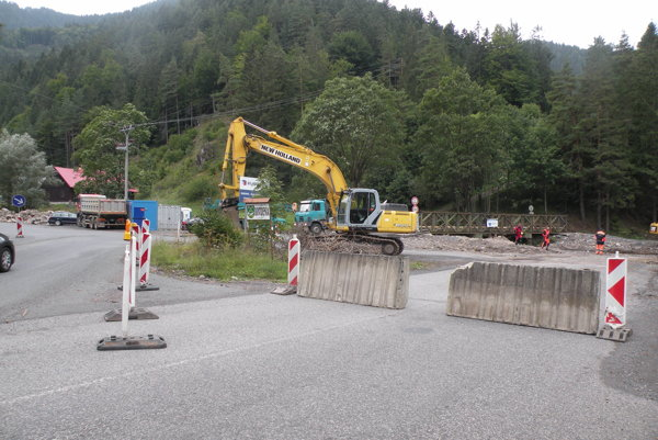 Stavbári už začali práce na moste.