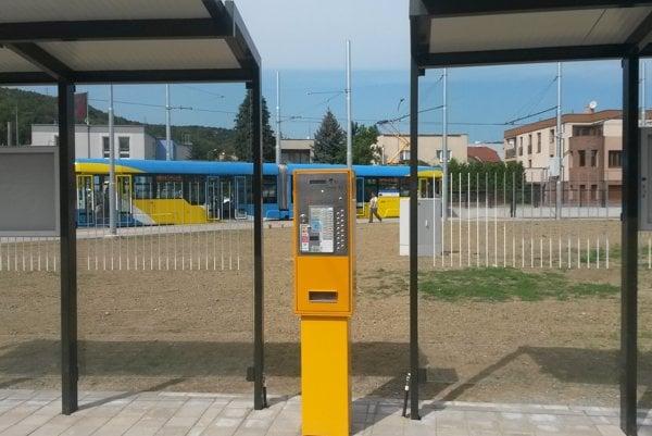 Automat predá lístky aj na bankomatovú kartu.