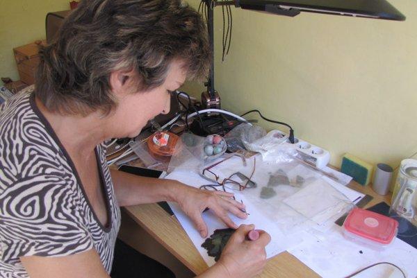 Pani Emília pri tvorbe šperkov.