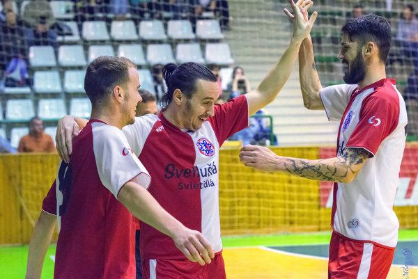 Martin Dudáš (uprostred), bude zastávať v MFK IveKol funkciu hrajúceho trénera.